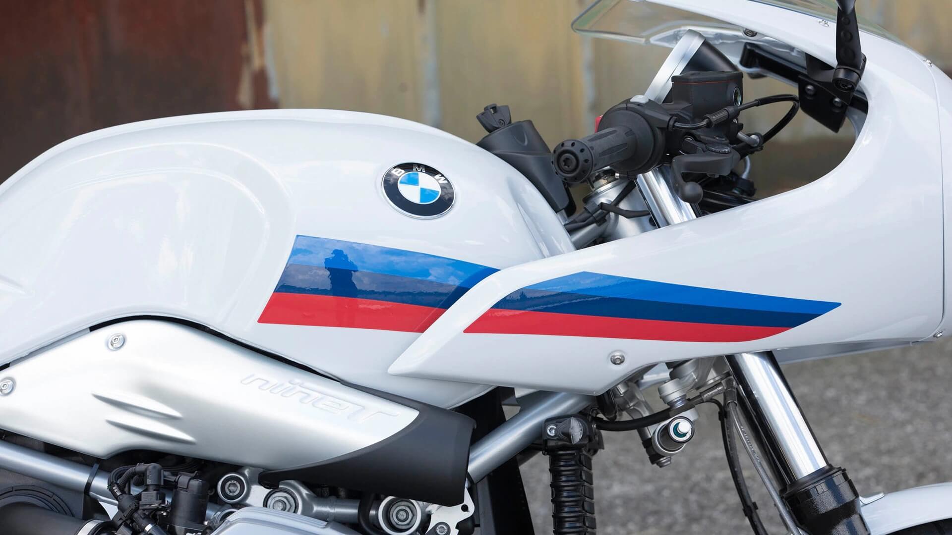 Декали в цветах спортивного отделения BMW Motorrad.